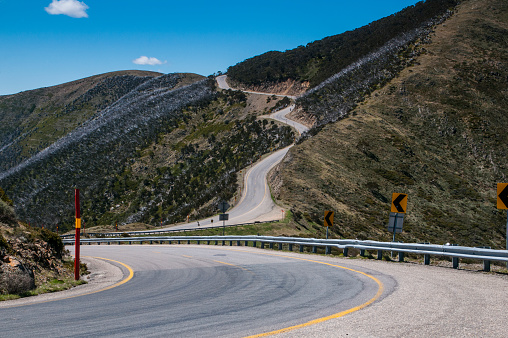 Curve「Road leading up to the Australian Alps, Victoria, Australia」:スマホ壁紙(19)