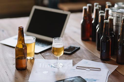 Tasting「Beer bottles, glasses, documents and laptop on table」:スマホ壁紙(18)