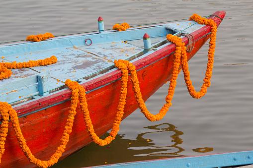 Indian Culture「Garlands of marigold (Tagetes) on small boat moored on Ganges river, Varanasi, Uttar Pradesh, India」:スマホ壁紙(10)