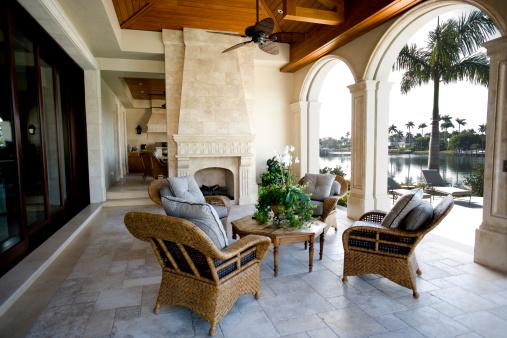 Waterfront「Beautiful Patio Furniture at Estate Home Overlooking Bay」:スマホ壁紙(15)