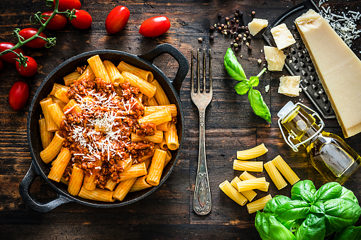 Cast Iron「Italian food: rigatoni pasta with bologna sauce」:スマホ壁紙(19)