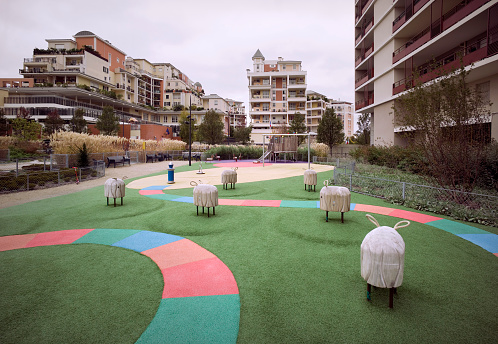 France「Playground with large apartment buildings in Paris」:スマホ壁紙(10)