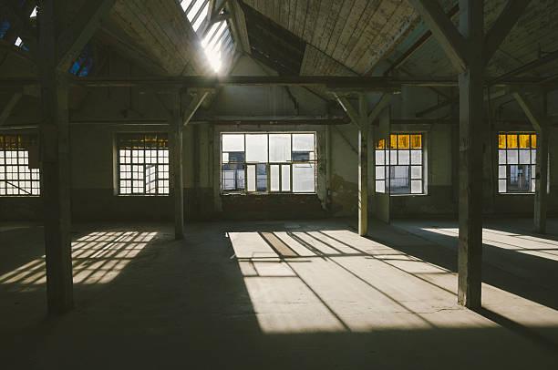 Old, abandoned factory warehouse:スマホ壁紙(壁紙.com)