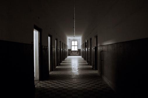 打ち捨てられた「旧た Prision の廊下」:スマホ壁紙(19)