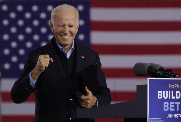 笑顔「Democratic Presidential Nominee Joe Biden Holds Train Campaign Tour Of OH And PA」:写真・画像(3)[壁紙.com]