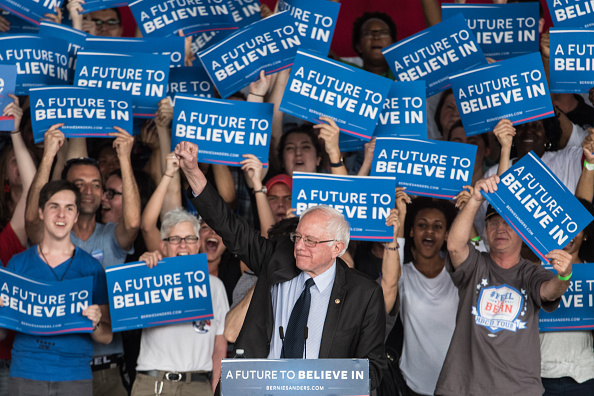 Greeting「Bernie Sanders Campaigns In Charlotte One Day Ahead Of NC Primary」:写真・画像(13)[壁紙.com]