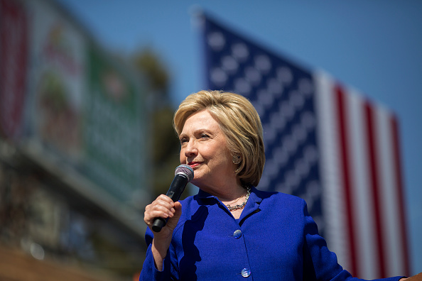 Talking「Hillary Clinton Attends Get Out The Vote Rally In Los Angeles」:写真・画像(12)[壁紙.com]