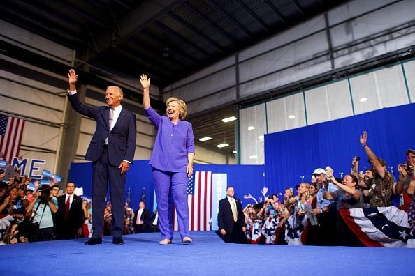 Full Length「US Vice President Joe Biden Campaigns With Democratic Presidential nominee Hillary Clinton in Scranton, PA」:写真・画像(18)[壁紙.com]