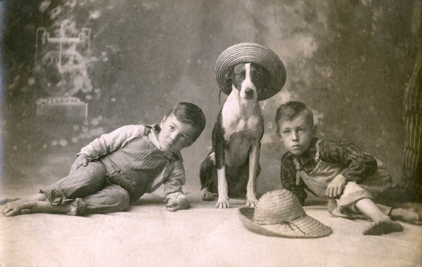1900-1909「Dog In Straw Hat With Two Boys」:写真・画像(8)[壁紙.com]