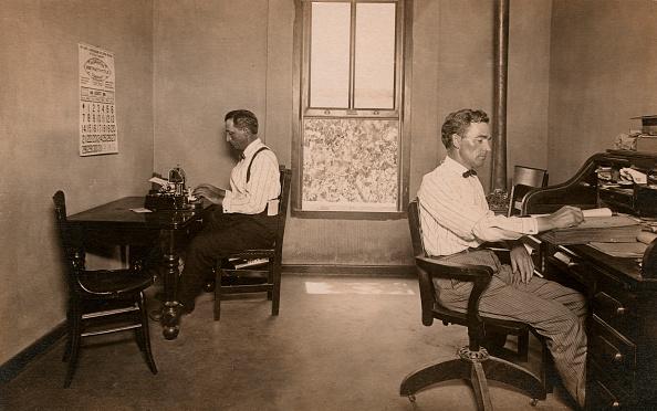 Profile View「Two Businessmen At Desks」:写真・画像(19)[壁紙.com]