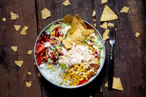 Sour Cream「Taco salad bowl with rice, corn, chili con carne, kidney beans, iceberg lettuce, sour cream, nacho chips, tomatoes」:スマホ壁紙(16)