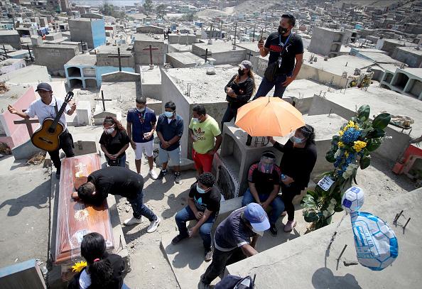 Latin America「Burials of COVID-19 Victims Continue In Lima」:写真・画像(19)[壁紙.com]