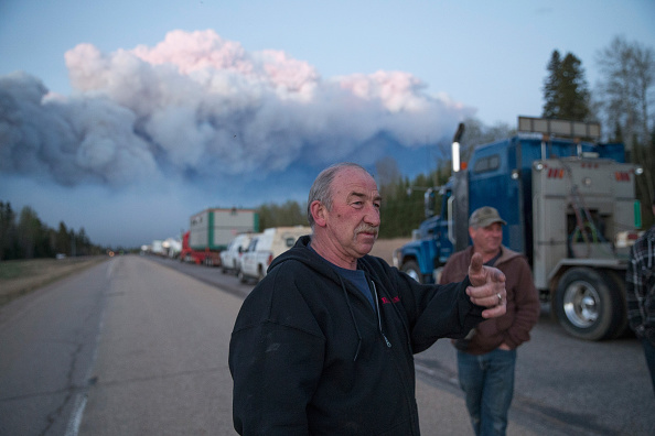 Scott Olson「Wildfire Engulfs Fort McMurray Forcing Evacuations Of 80,000 People」:写真・画像(14)[壁紙.com]