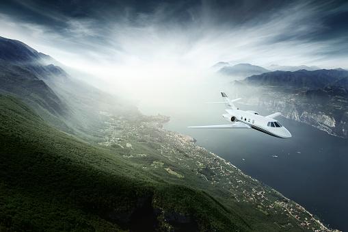 Business Travel「Private jet flying above lake」:スマホ壁紙(14)