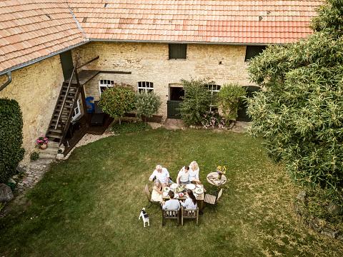 若い女性「Family eating together in the garden in summer」:スマホ壁紙(15)