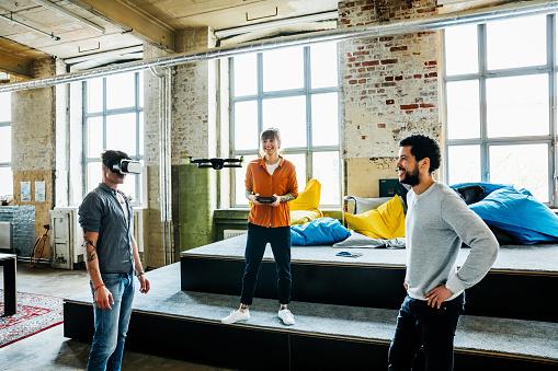 人物「Young start up business people flying a drone and testing AR software with VR googles」:スマホ壁紙(9)