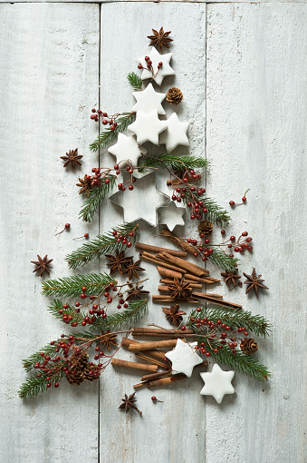 Biscuit「Star shaped cookies, cinnamon sticks, fir twigs, star anise, cookie cutters, pine cones and rose hips arranged into shape of Christmas tree」:スマホ壁紙(10)