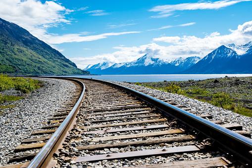 コースト山脈「フィヨルドと山の範囲の鉄道線路」:スマホ壁紙(13)