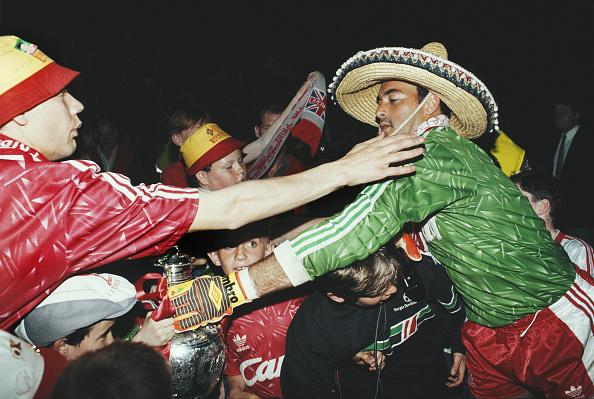 Winning「Bruce Grobbelaar Celebrates with Liverpool Fans 1990」:写真・画像(19)[壁紙.com]