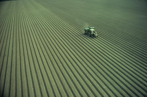Plowed Field「Tractor planting crops」:スマホ壁紙(7)
