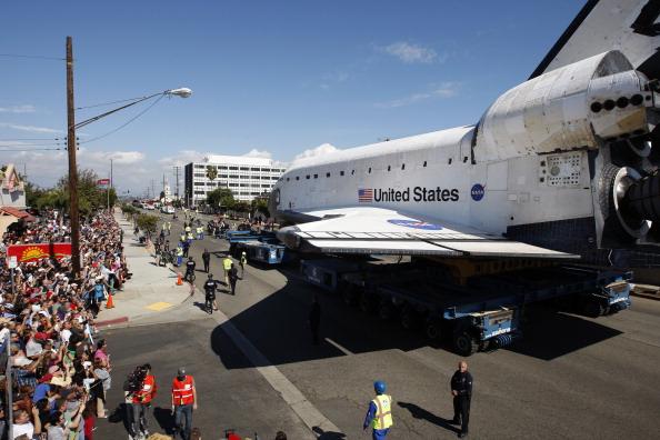Space Shuttle Endeavor「Space Shuttle Endeavour Makes 2-Day Trip Through LA Streets To Its Final Destination」:写真・画像(7)[壁紙.com]