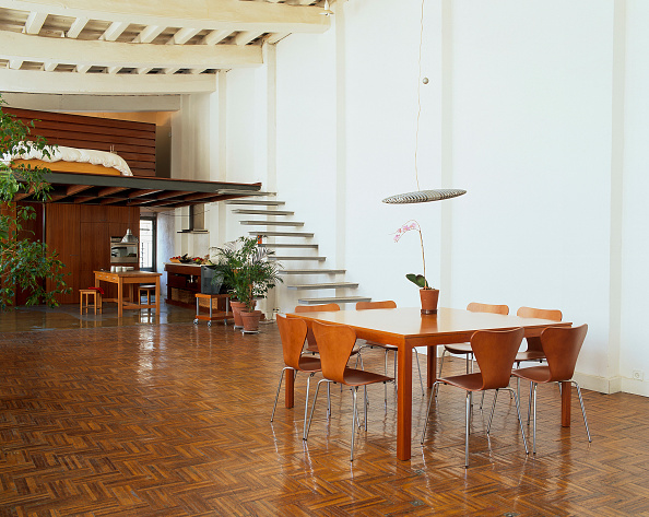 Furniture「View of a wooden dining table in an eclectic house」:写真・画像(4)[壁紙.com]