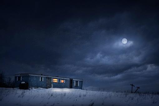 Moon「Moon over trailer house in snowy yard」:スマホ壁紙(4)