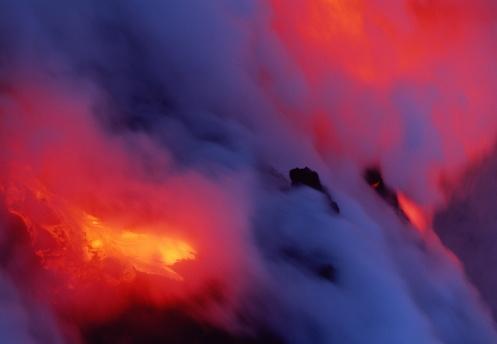 Active Volcano「USA, Hawaii, Volcanoes Nat. Park, lava flowing into ocean at night」:スマホ壁紙(15)