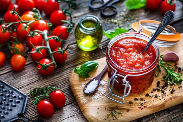 Homemade tomato sauce in a glass jar:スマホ壁紙(壁紙.com)