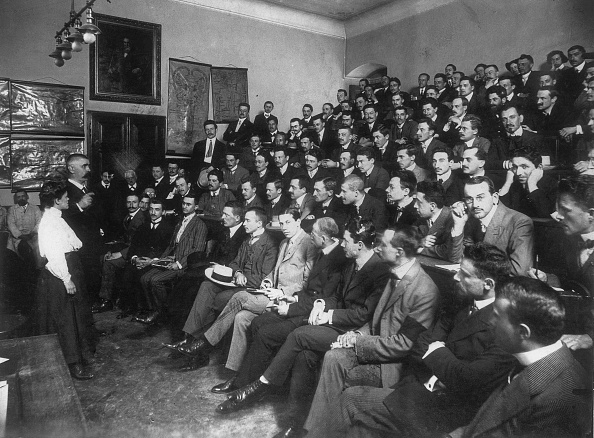 Mental Health Professional「Auditorium filled with students at a lecture of Julius Wagner-Jauregg, physician and psychiatrist, who became fomous for his treatment of mental disease by inducing a fever, which earned him the Nobel Prize in Medicine in 1927. Vienna. Photograp」:写真・画像(14)[壁紙.com]