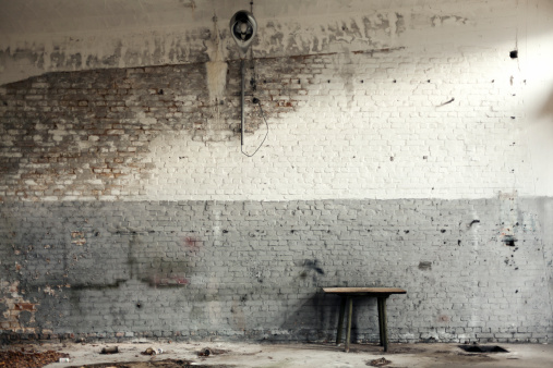 Old-fashioned「Old workshop with white and gray brick walls」:スマホ壁紙(0)