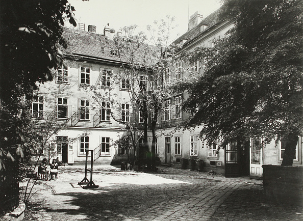 Courtyard「Vienna. Courtyard Of An Apartment Building. About 1935. Photograph By Martin Gerlach.」:写真・画像(15)[壁紙.com]