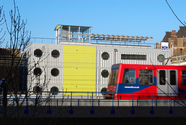 Business Finance and Industry「Pre-fabricated dwelling, East London, UK」:写真・画像(3)[壁紙.com]
