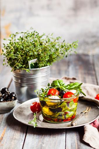 Basil「Potted thyme and jar of freshCapresesalad preserved in olive oil」:スマホ壁紙(17)