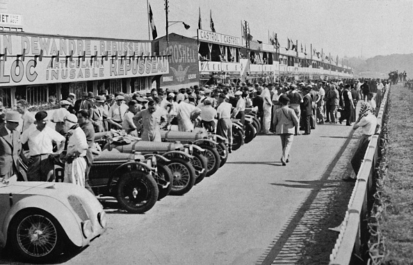 In A Row「The Busy Pits: Before The Start Of Le Mans 24-Hour Race」:写真・画像(1)[壁紙.com]
