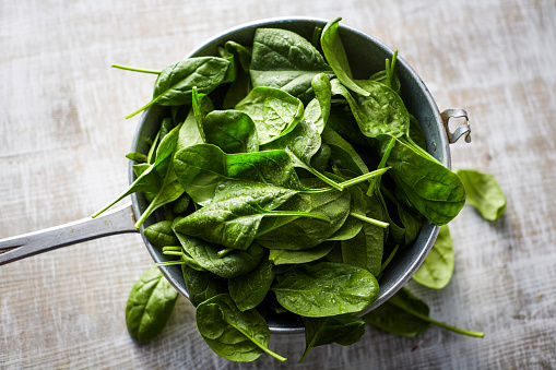 Spinach「Fresh spinach leaves in colander on wood」:スマホ壁紙(8)