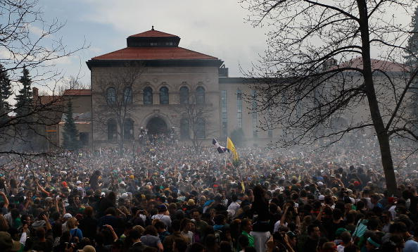 Leisure Activity「U.S. Marijuana Enthusiasts Gather For Mass Pot-Smoking Celebration」:写真・画像(11)[壁紙.com]