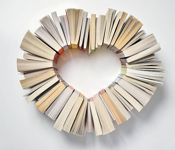 Book spines forming a heart shape:スマホ壁紙(壁紙.com)