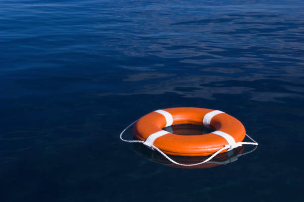 Round life preserver floating in water:スマホ壁紙(壁紙.com)