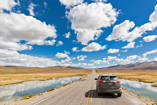 Driving「Peru, La Reserva Nacional Salinas y Aguada Blanca, SUV on the road」:スマホ壁紙(7)