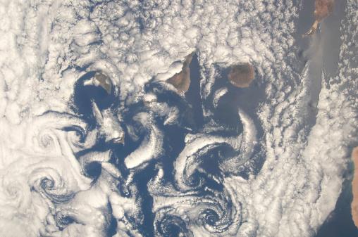 La Graciosa - Canary Islands「Cloud vortices in the area of the Canary Islands in the North Atlantic Ocean.」:スマホ壁紙(11)