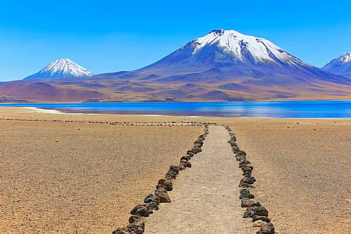 Volcano「trekking trail path to Lagunas Miñiques and Miscanti - Lakes and snowcapped Volcanoes mountains - Turquoise lakes and Idyllic Atacama Desert, Volcanic landscape panorama – San Pedro de Atacama, Chile, Bolívia and Argentina border」:スマホ壁紙(5)