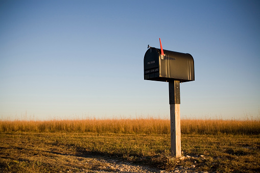 USA「A mailbox stands alone in a Kansas corn field as the sun sets beyond the horizon.」:スマホ壁紙(13)