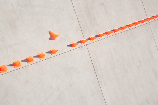 Conformity「Row of traffic cones with one on side」:スマホ壁紙(2)