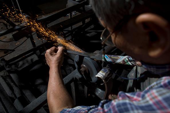 Sharpening「Thailand's Remaining Sword Maker Crafts Out Traditional Blades Of Steel」:写真・画像(7)[壁紙.com]