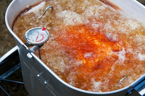 Crunchy「Turkey Frying in an Outdoor Deep Fryer」:スマホ壁紙(9)