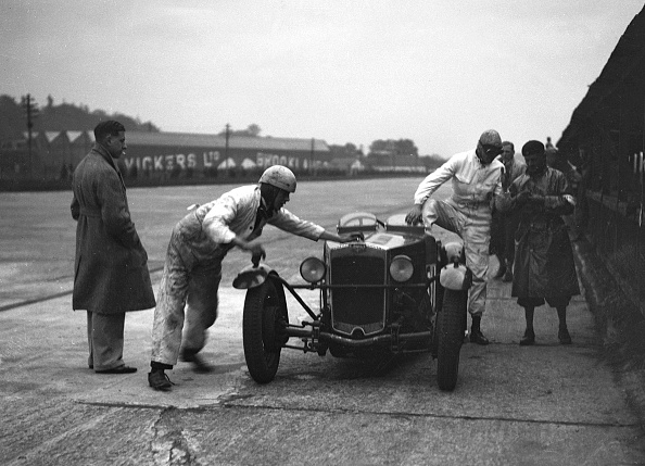 Mechanic「RL Bellamy's Frazer-Nash in the pits at a JCC Members Day, Brooklands」:写真・画像(5)[壁紙.com]