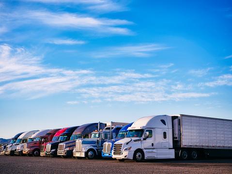 Parking Lot「Long Haul Semi Trucks」:スマホ壁紙(7)
