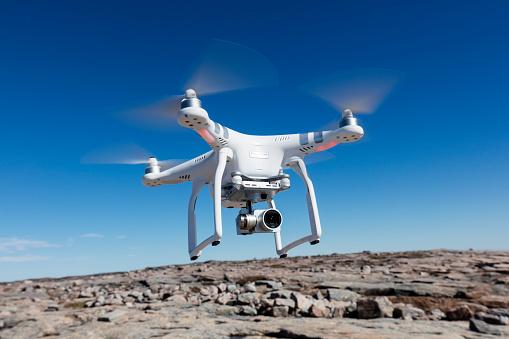 無人操縦機「Hovering Drone, Nunavut Territory, Canada」:スマホ壁紙(14)