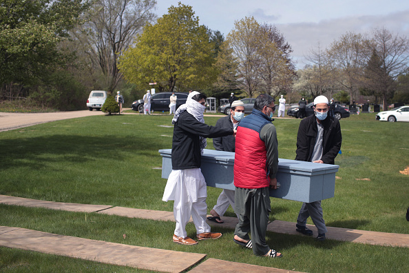 Scott Olson「Muslim Funeral Held With Social Distancing During Pandemic」:写真・画像(0)[壁紙.com]